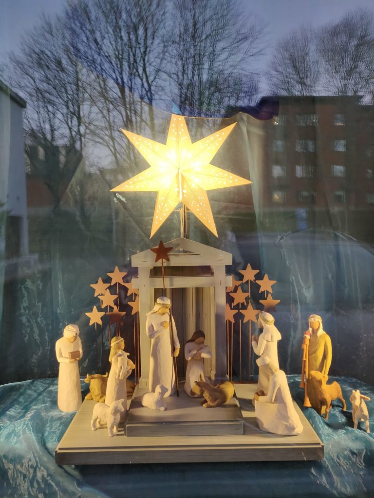 julkrubba fönster