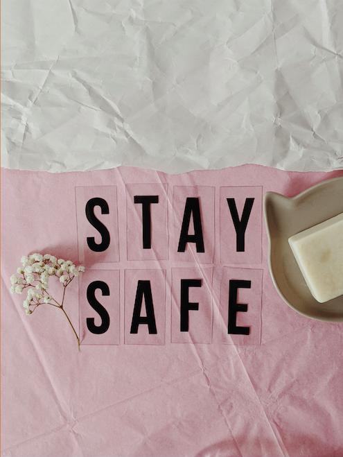 stay safe text och en blomma